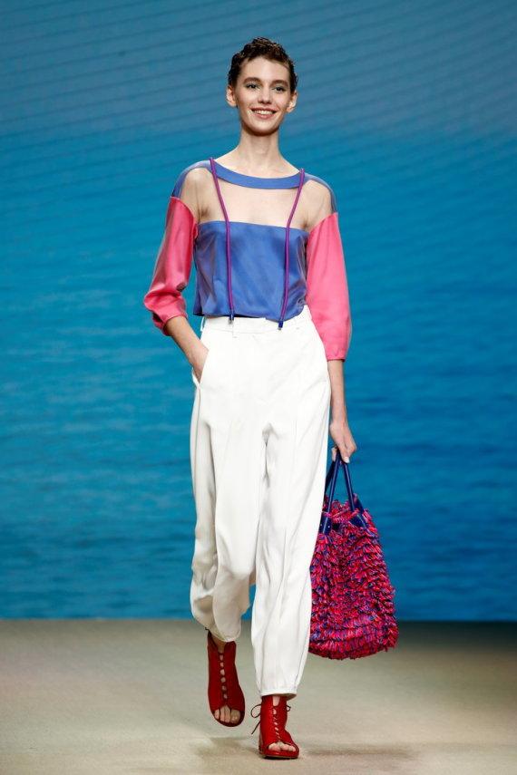 """""""Reuters""""/""""Scanpix"""" nuotr./Giorgio Armani 2022 m. pavasario ir vasaros kolekcijos modelis"""