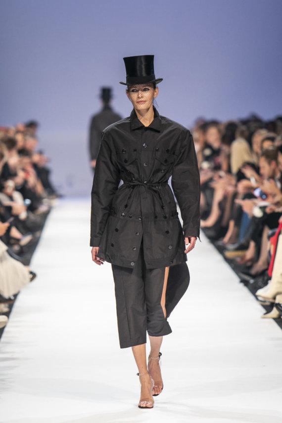 """Luko Balandžio / 15min nuotr./Juozo Statkevičiaus 2020 m. pavasario ir vasaros """"haute couture"""" kolekcijos modelis"""