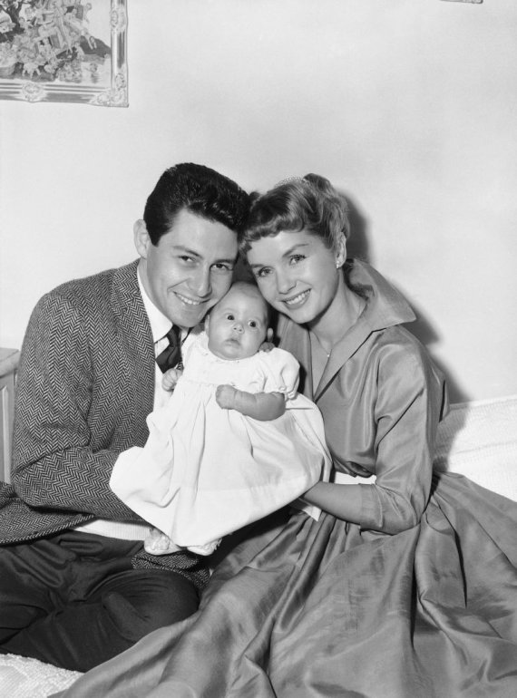"""Scanpix"" nuotr./Carrie Frances Fisher 1957 metais su tėvais Eddie Fisheris ir Debbie Reynolds"