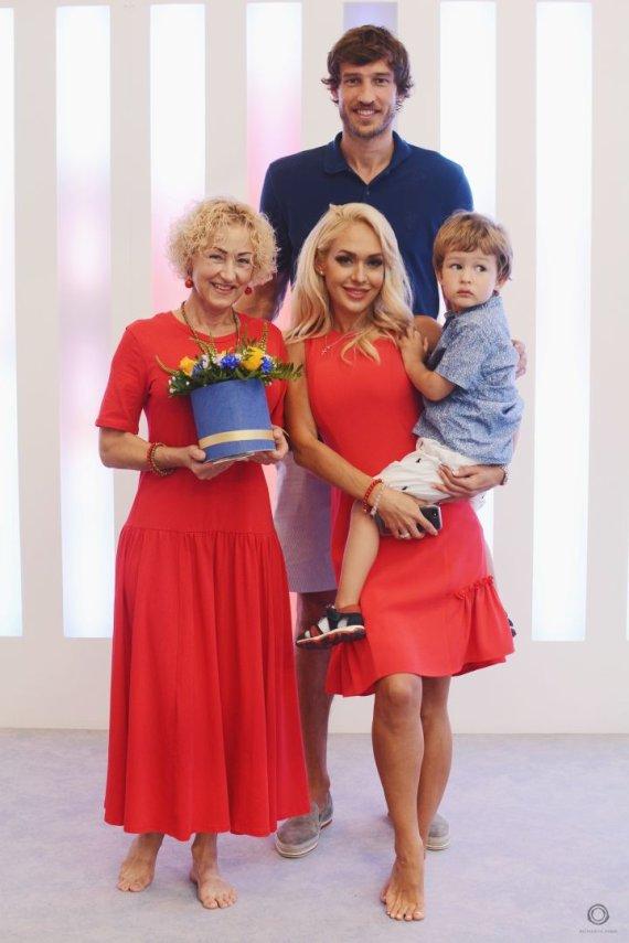 Adam Aleksejėvič nuotr./Oksana Pikul-Jasaitienė ir Simas Jasaitis su sūnumi Dominyku ir Oksanos mama