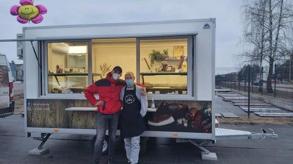 Nerijaus Bakulos nuotr./Nerijus Bakula su buvusiu mokiniu prie savo maisto krautuvėlės