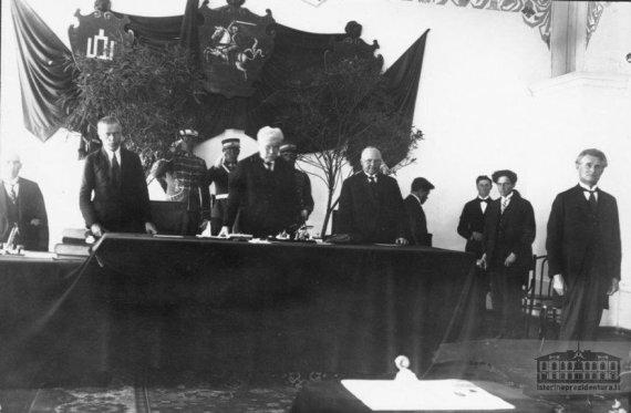 istorineprezidentura.lt nuotr/šrinktasis Prezidentas Kazys Grinius (dešinėje) prisiekia III Lietuvos Respublikos Seime 1926 m.