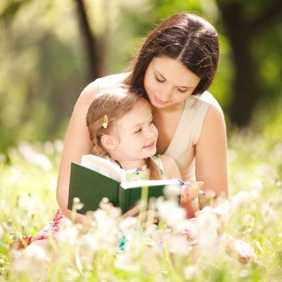 123RF nuotr./Mama skaito dukrai
