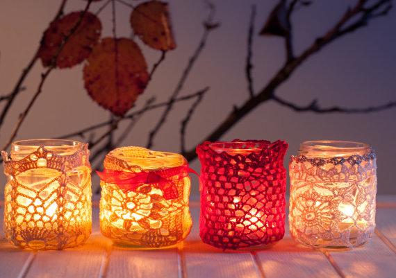 Shutterstock nuotr./Žvakidės, papuoštos nėriniais.