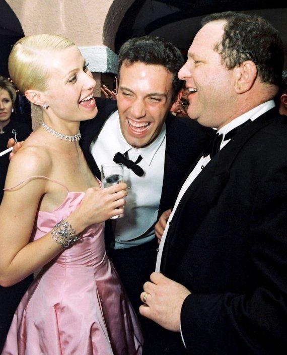"""AOP nuotr./Gwyneth Paltrow, Benas Affleckas ir Harvey Weinsteinas 1999-aisiais """"Oskarų"""" vakarėlyje"""