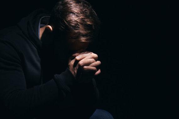 123RF.com nuotr./Vyras meldžiasi