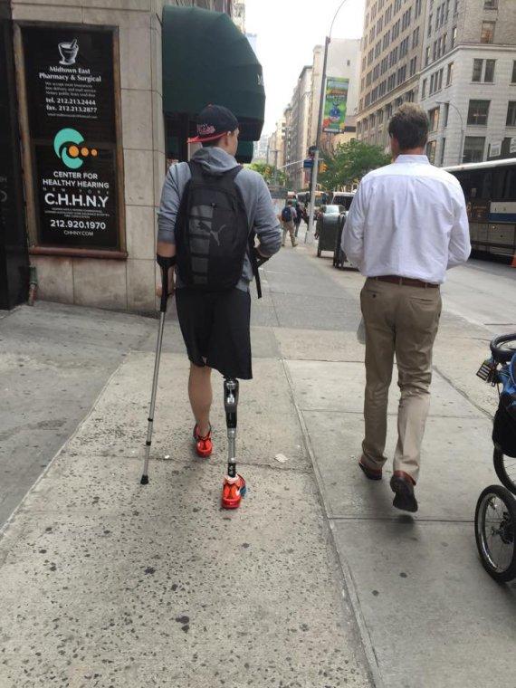 Marcie Kazickas nuotr./Pernai vėžys iš Adrijaus pasiglemžė koją, bet šiemet vaikinas jau gali bėgioti