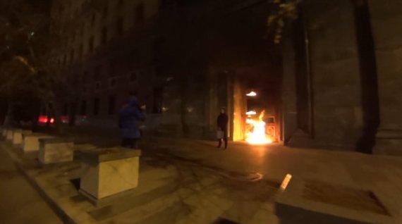 Kadras iš filmuotos medžiagos/Piotras Pavlenskis padegė FST pastato duris