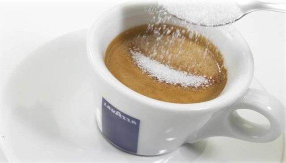 Projekto partnerio nuotr./Tobulas espreso - cukrus lėtai grimzta į puodelio dugną