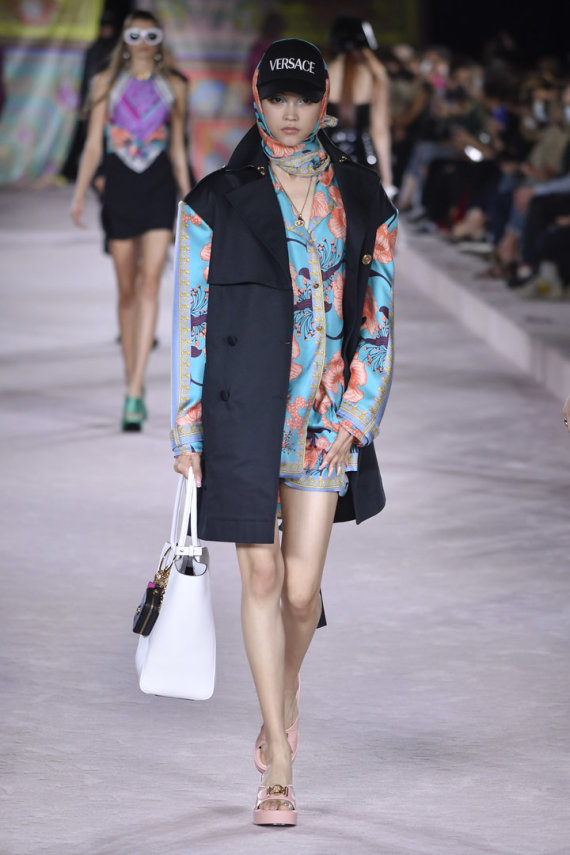 """ZUMAPRESS / Scanpix nuotr./ """"Versace"""" 2022 m. pavasario ir vasaros kolekcijos modelis"""