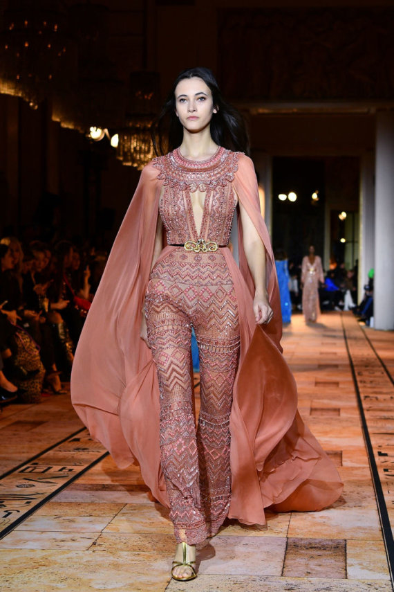 """AFP/""""Scanpix"""" nuotr./""""Zuhair Murad"""" 2020 m. pavasario ir vasaros kolekcijos modelis"""