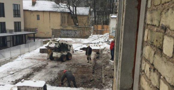 Statybas kieme stebintys Vilniaus Senamiesčio gyventojai: o jeigu namas sugrius?