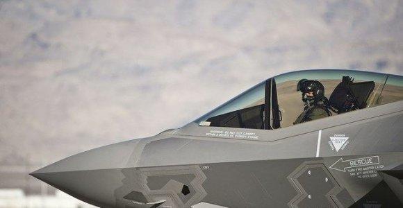 """Ant F-35 šono galite pamatyti aštuoneto formos liuką su rodykle """"Rescue"""" – kas už jo slepiasi?"""