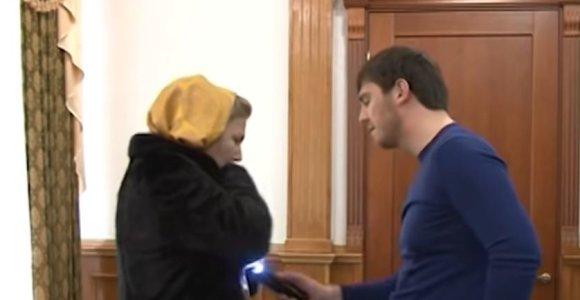 Skandalas Grozne: vaizdo įrašas skandina moterį kankinusį R.Kadyrovo giminaitį