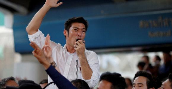 Tūkstančiai žmonių Bankoke reiškė paramą prieš isteblišmentą nukreiptos partijos lyderiui