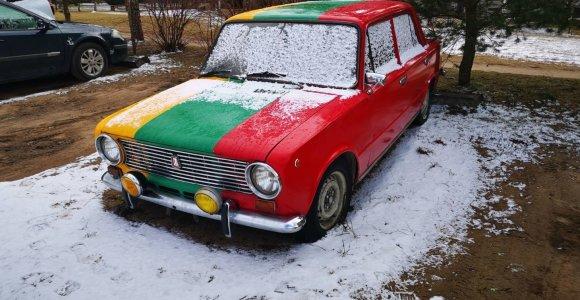 Trispalvis tiuningas: automobiliai, puošti tautine simbolika