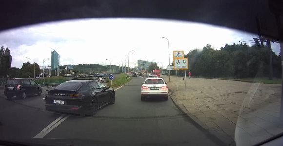 """Skaitytojas užfiksavo chaosą Vilniuje: """"Porsche"""" kerta ištisinę liniją, BMW lekia per raudoną"""