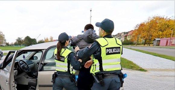 Vagystėmis įtariamas klaipėdietis automobiliui padarė tūkstantinius nuostolius