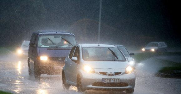 Į Lietuvą atkeliauja prasti orai: antradienį siaus škvalas