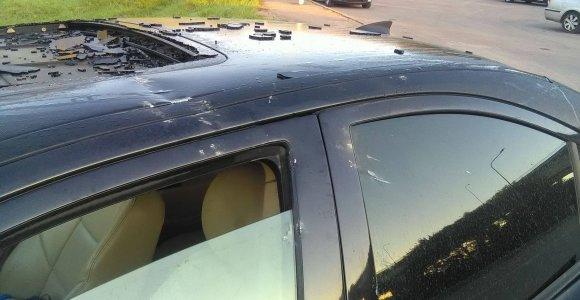 Kaune ant važiuojančio automobilio nuo tilto nukrito betono luitas