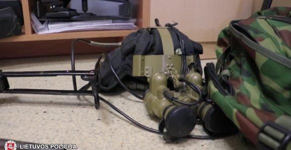 Po kontrabandininkų gaudynių rastas kulkosvaidis, naktinio matymo prietaisas ir dronas