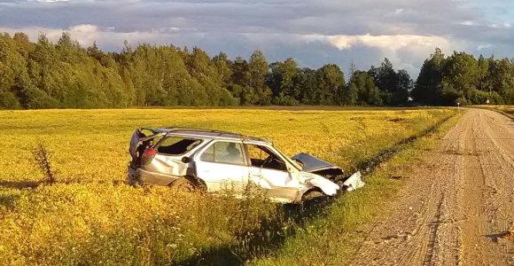 """Vasarą avarijoje Raseinių rajone sužeisti du broliai: neaišku, kas nesuvaldė """"Peugeot"""""""