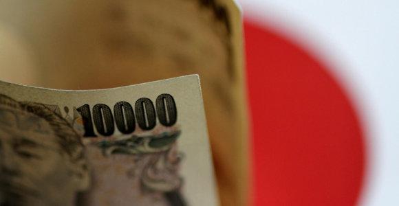 JAV dolerio kursas lėtai svyruoja, brangsta jena