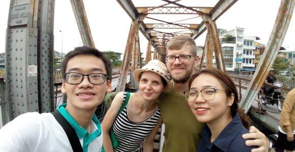 Išradingas jaunimas: lietuviams nemokamai aprodė Hanojų, kad pramoktų kalbos ir paklausytų apie keliones