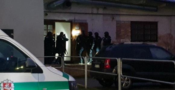 Vilniuje nufilmuotas grėsmingai pradėtas šturmas: išgertuvių vietą Užupyje apgulė 8 kovotojai