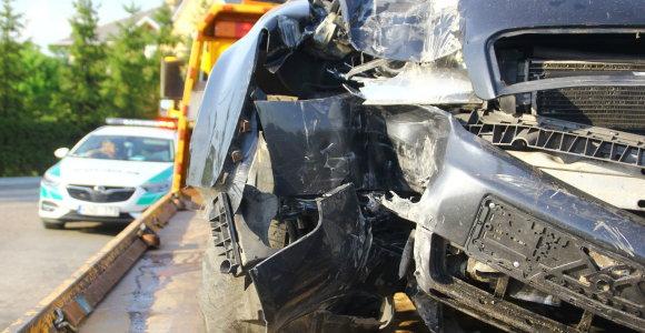 18-metei vairuotojai įsirėžus į greitkelio atitvarus, jauna keleivė patyrė stuburo traumą
