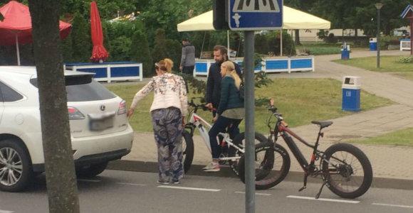 """Ingos Valinskienės """"Lexus"""" ir dviratininkė neišsiteko siauroje Nidos gatvėje"""