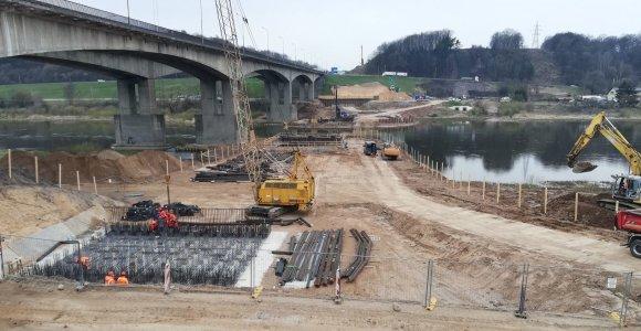 Tiltas per Nerį prie Kauno auga ir karantino metu