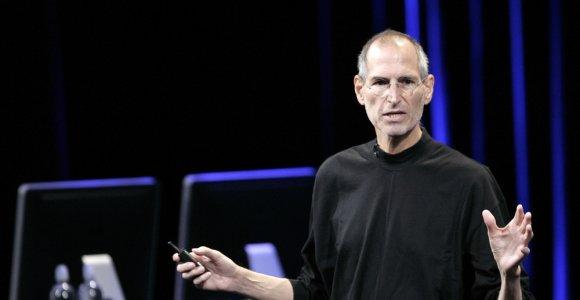 """Billas Gatesas apie Steve'ą Jobsą: jis skleidė """"Apple"""" gyvybę palaikiusius kerus"""