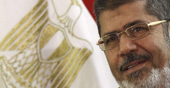 Nuverstas Egipto prezidentas Mohamedas Mursi atskraidintas į posėdį byloje dėl protestuotojų žudymo