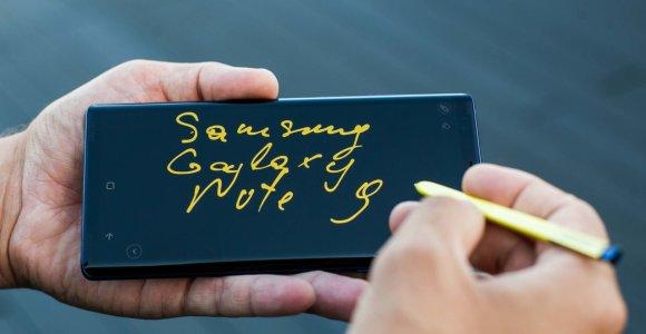 """Moteris tvirtina, kad jos rankinuke savaime užsidegė """"Samsung Galaxy Note 9"""""""