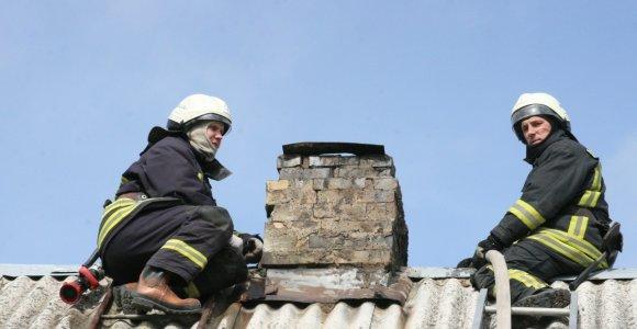 Mažonų kaime vyras užlipo ant stogo, o nulipti nebeįstengė: prireikė ugniagesių