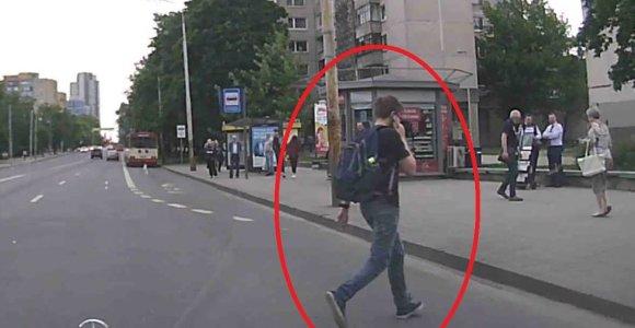 Nufilmuota: neatsargus pėsčiojo ir vairuotojo elgesys vos nesibaigė tragedija