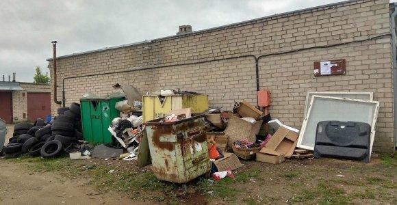 Prie garažų Kėdainiuose kyla šiukšlių kalnai: atliekas veža kas tik nori