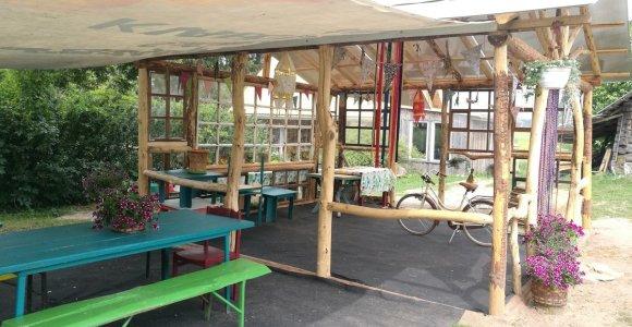 Trakų rajone – išskirtinė stovyklavietė, sukurta iš panaudotų daiktų