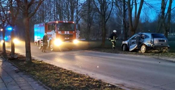 Šiauliuose į avariją pateko automobilis: nukentėjo trys žmonės, prireikė ugniagesių