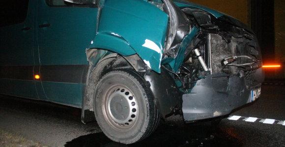 Neįprasta gelbėjimo operacija Kaune: ugniagesiai traukė po balkonu įstrigusį mikroautobusą