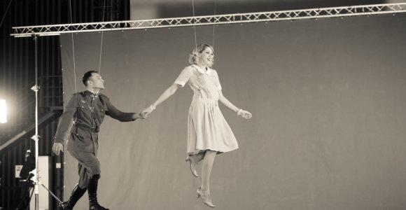 Monique dainuoti tenka atliekant akrobatinius triukus: išvyskite unikalius kadrus