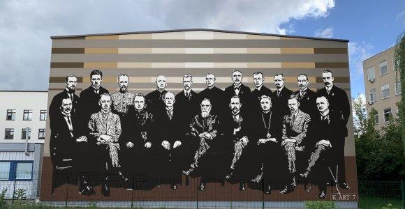 Ant progimnazijos sienos Vilniuje – Vasario 16-osios signatarai