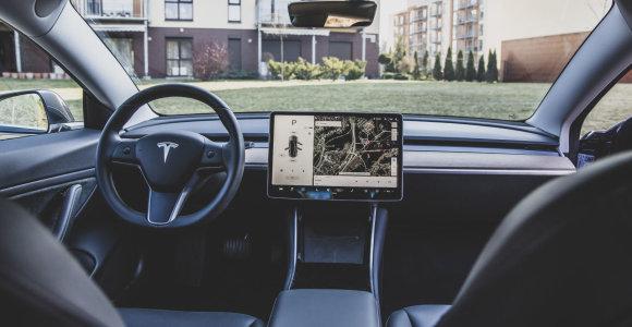 """Dirbtinio intelekto specialistas: """"Tesla"""" pažanga jau tampa problema"""
