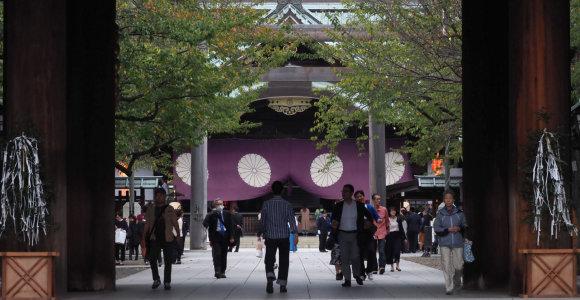 Dešimtys Japonijos parlamentarų aplankė prieštaringai vertinamą Jasukunio šventyklą