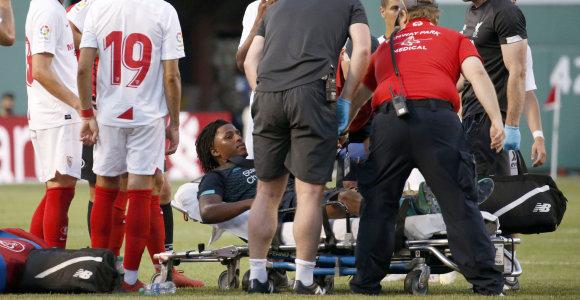 """Draugiškose rungtynėse – nedraugiškas veiksmas: """"Liverpool"""" gynėjas išneštas neštuvais"""