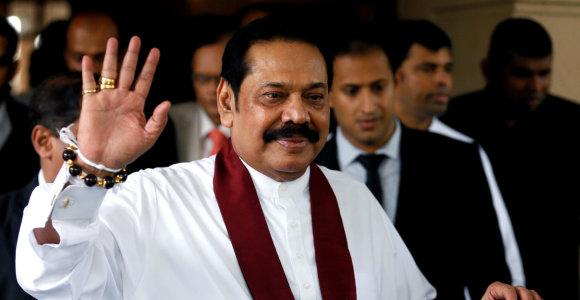 Spaudžiamas Šri Lankos premjeras Mahinda Rajapaksa atsistatydina