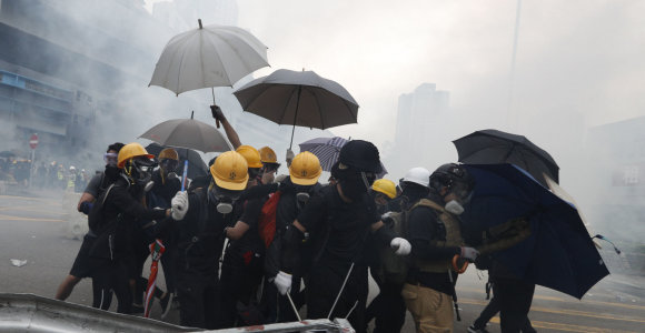 """""""Twitter"""" ir """"Facebook"""" uždarė tūkstančius prieš protestus Honkonge nukreiptų paskyrų"""