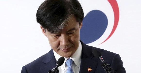 Pietų Korėjoje atsistatydino į akademinių privilegijų skandalą įsivėlęs ministras