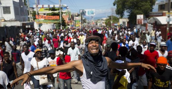 Haityje tūkstančiai žmonių protestavo prieš korupciją, prezidentas apstumdytas